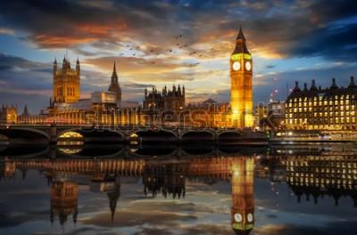 Papiers peints Le palais de Westminster et la tour de l'horloge Big Ben au bord de la Tamise à Londres, au Royaume-Uni, juste après le coucher du soleil