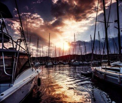 Papiers peints le port de plaisance sur le coucher de soleil spectaculaire