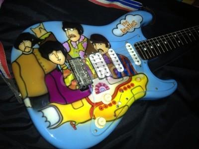 Papiers peints Le thème de Beatles Yellow Submarine aérographe sur une guitare Stratocaster