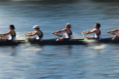 Papiers peints Le travail d'équipe, les rameurs dans un bateau à rames tirant en harmonie