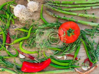 Légumes sur un bureau en bois