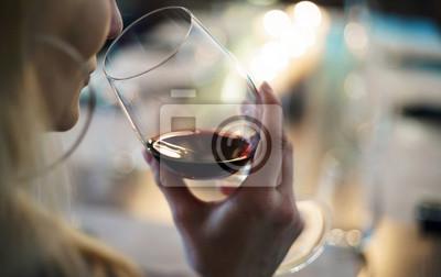 Papiers peints les femmes avec du vin rouge