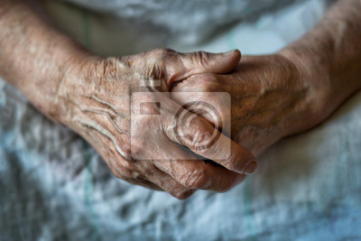 Papiers peints Les mains d'une vieille femme se croisent les unes sur les autres. Femme âgée aux mains jointes. Les mains d'une vieille femme se bouchent.