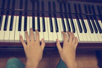 Papiers peints Les mains de la jeune fille sur le clavier du piano: filtres vintage