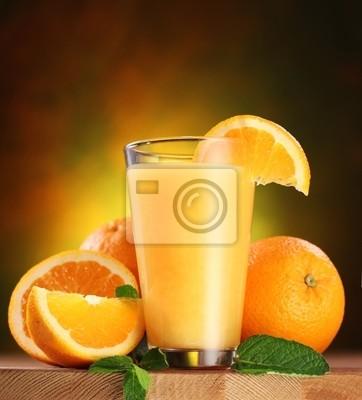Les oranges et verre de jus.