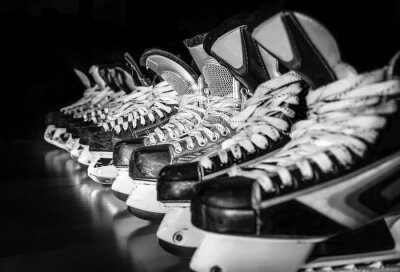 Papiers peints Les patins de hockey alignés dans le vestiaire