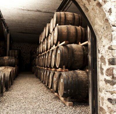 Papiers peints Les tonneaux de vin empilées dans l'ancienne cave de la cave.