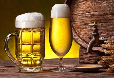 Papiers peints Les verres de bière, vieux baril de chêne et épis de blé.