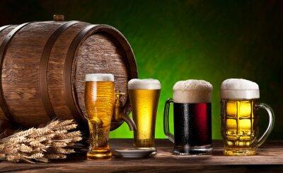 Papiers peints Les verres de bière, vieux fûts de chêne et de blé.