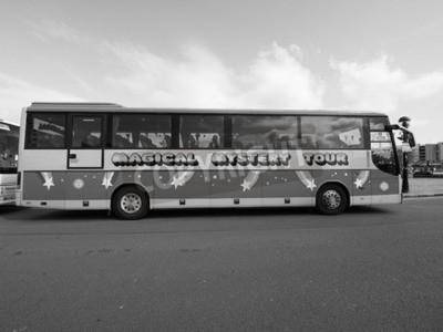 Papiers peints LIVERPOOL, Royaume-Uni - CIRCA JUIN 2016: The Beatles Magical Mystery Tour bus en noir et blanc