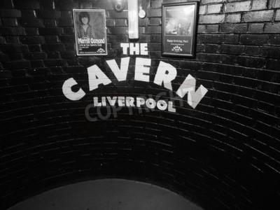Papiers peints LIVERPOOL, Royaume-Uni - CIRCA JUIN 2016: The Cavern Club discothèque au 10 Mathew Street où les Beatles joué en noir et blanc
