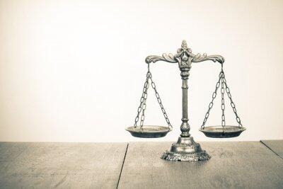 Papiers peints Loi échelles sur la table. Symbole de la justice. Photo sépia