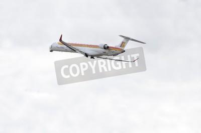 Papiers peints MADRID, ESPAGNE - 14 JUIN 2015: Avion -Bombardier Canadair CRJ-1000-, de -Air Nostrum- compagnie aérienne, décollera de l'aéroport Madrid-Barajas -Adolfo Suarez-, le 14 juin 2015.