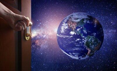 Papiers peints Main ouvre la porte de la salle vide à la planète Terre de l'espace. Certains