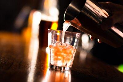 Papiers peints Mains d'un barman verser une boisson dans un verre