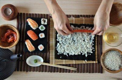 Papiers peints mains de cuisine sushi