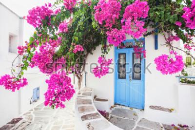 Papiers peints Maison grecque traditionnelle avec des fleurs à l'île de Paros, Grèce
