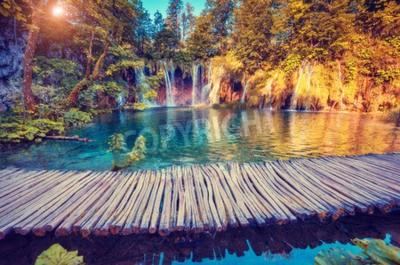 Papiers peints Majestueux vue sur l'eau turquoise et les rayons ensoleillés dans le parc national des lacs de Plitvice, en Croatie