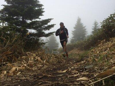 Papiers peints Man running on high mountain trail