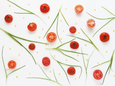 Papiers peints Manger un régime de tomates fraîches et d'oignons verts. Contexte de nourriture végétale. Couper les tomates sur fond blanc.