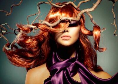 Papiers peints Mannequin Portrait de femme avec de longs cheveux rouges bouclés