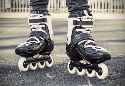 Papiers peints marcher sur des patins à roulettes pour le patinage. photo tonique