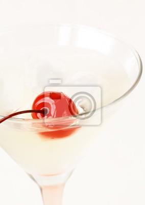 Martini rouge cerise dans un verre sur un fond blanc