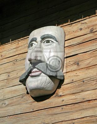 masque en bois avec un visage avec de grandes moustaches