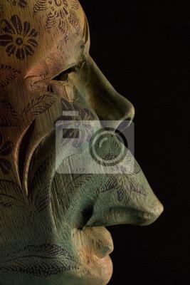 Masque en bois donne un profil sur le noir