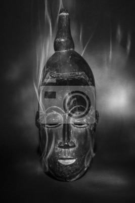 Masque tribal africain magique avec de la fumée