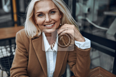 Papiers peints Mature woman outdoors expressing happiness stock photo