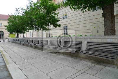 Méga banc sur une rue à Vienne. Allée à long terme