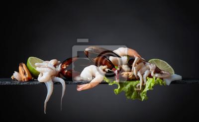 Mélange de délicieux fruits de mer avec une salade et des tranches de citron vert.