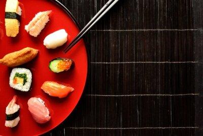 Papiers peints Mixte plateau de sushis avec des baguettes