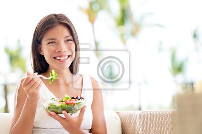Papiers peints Mode de vie sain femme mangeant de la salade sourire heureux