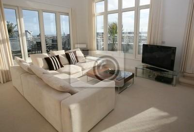 Moderne salon meublé avec télévision à écran plasma papier peint ...