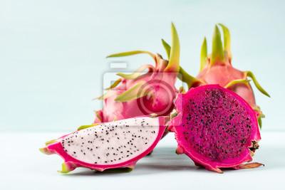 Moitié et tranche le fruit du dragon sur fond de couleur, fruit tropical