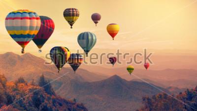 Papiers peints Montgolfière au-dessus de la haute montagne au coucher du soleil