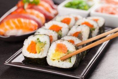 Papiers peints morceaux de sushi avec des baguettes