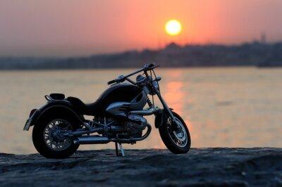 Papiers peints Moto sur les rochers à Sunset et or heures