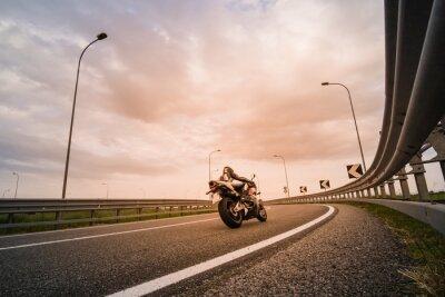 Papiers peints Motociclista su moto da strada