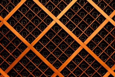 Papiers peints Mur de bouteilles de vin