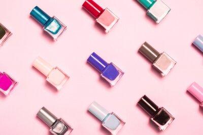 Papiers peints Nail polish bottles pattern background. Close up.