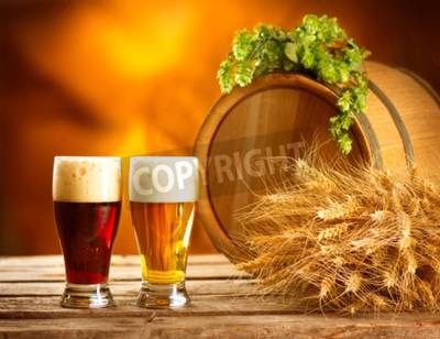 Papiers peints Nature morte avec baril de bière vintage et deux verres de bière foncée et légère. Nouveau concept de bière ambrée. Vert, cors, houblon, blé, bois, table Ingrédients pour brasserie. Brasserie traditio