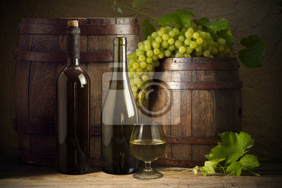 Nature morte avec bouteilles de vin, des verres et des fûts de chêne.