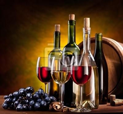 Nature morte avec des bouteilles de vin, des verres et des tonneaux de chêne.
