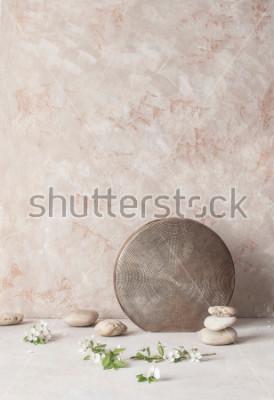 Papiers peints Nature morte avec des fleurs, des pierres et un vase en céramique gaufré sur fond de mur texturé dans le style wabi-sabi. Mise au point sélective.