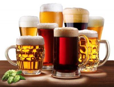 Nature morte avec des verres de bière.