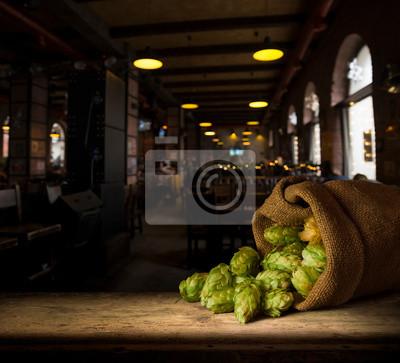Nature morte avec un baril de bière et une bière au verre.