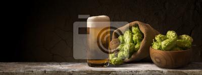 Nature morte avec un fût de bière et de houblon.